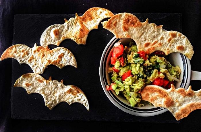 sauce guacamole maison avec tortillas en forme de chauves-souris, recette originale pour le gouter halloween