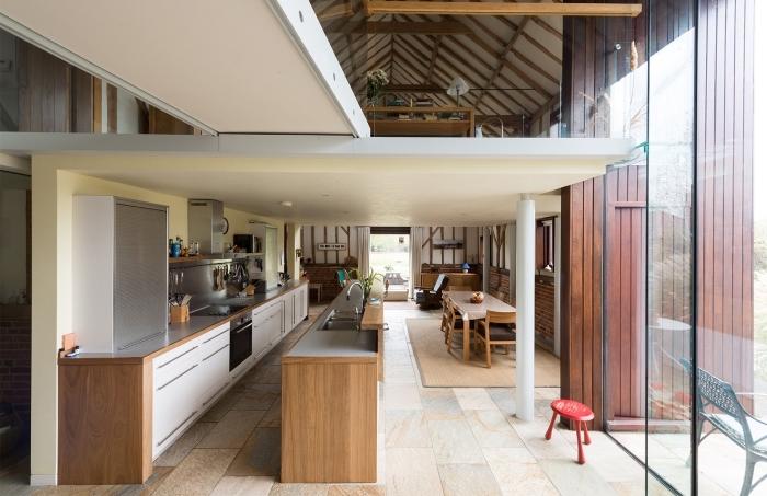 renovation interieur, idée comment transformer grange en habitation, design cuisine étroite avec îlot en blanc et bois