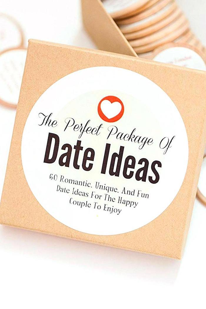 Boite avec idées pour une soirée en deux romantique, original cadeau 1 an couple, idée de cadeau pour couple