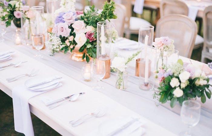 idee comment décorer le centre de table mariage, bouquet fleurs dans vases dorés, bougeoirs dorés, chemin de table soie
