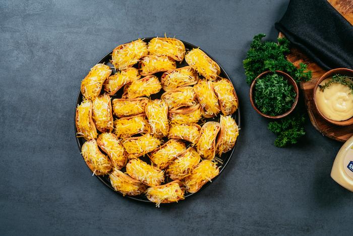 Idée recette rapide préparer des amuse-bouches, mini-tacos apéritifs au poulet, cheddar et légumes frais