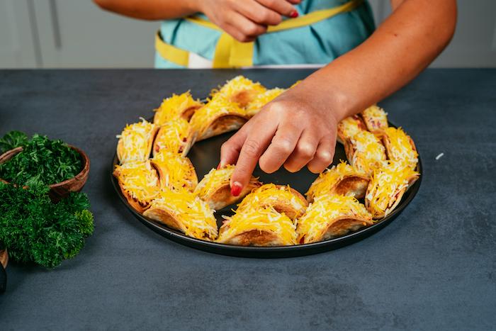mini-tacos apéritifs au cheddar et poulet dans un plateau, apéro dinatoire facile pour 10 personnes