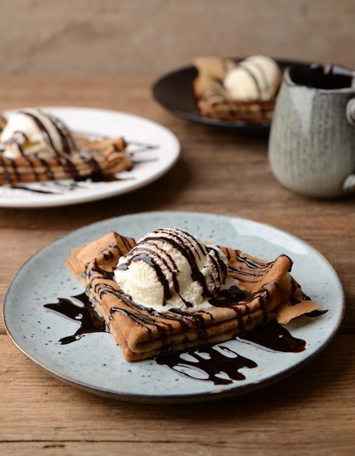 pate a crepe rapide et ultra facile avec réduction de chocolat en top et une boule de glace à la vanille pour servir