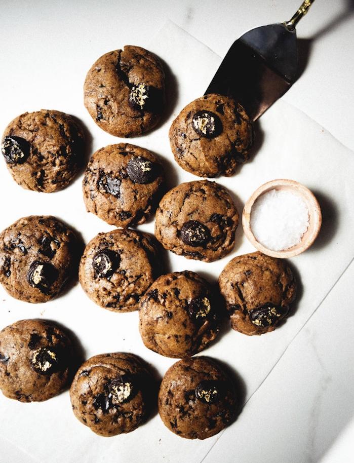 exemple de cookies façon expresso aux pépites de chocolat, mini cookies avec des grains de sel en top