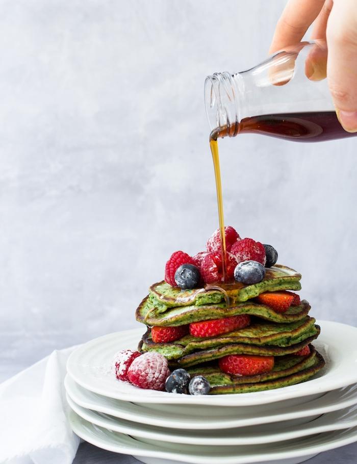 idee de pancake healthy avec des épinards dans la pate a crepe sans gluten, topping sirop d erabe et fruits rouges