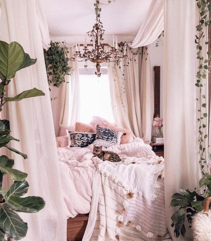 chambre boheme chic avec lit baldaquin, layerong de linge de lit, coussins cocooning decoratifs, lustre original chambre, plantes vertes deco interieur