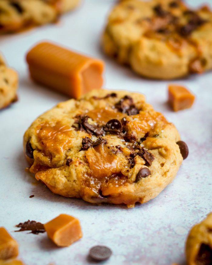 idee de cookies pepite de chocolat et pepite de caramel, comment faire un dessert chocolat caramel original