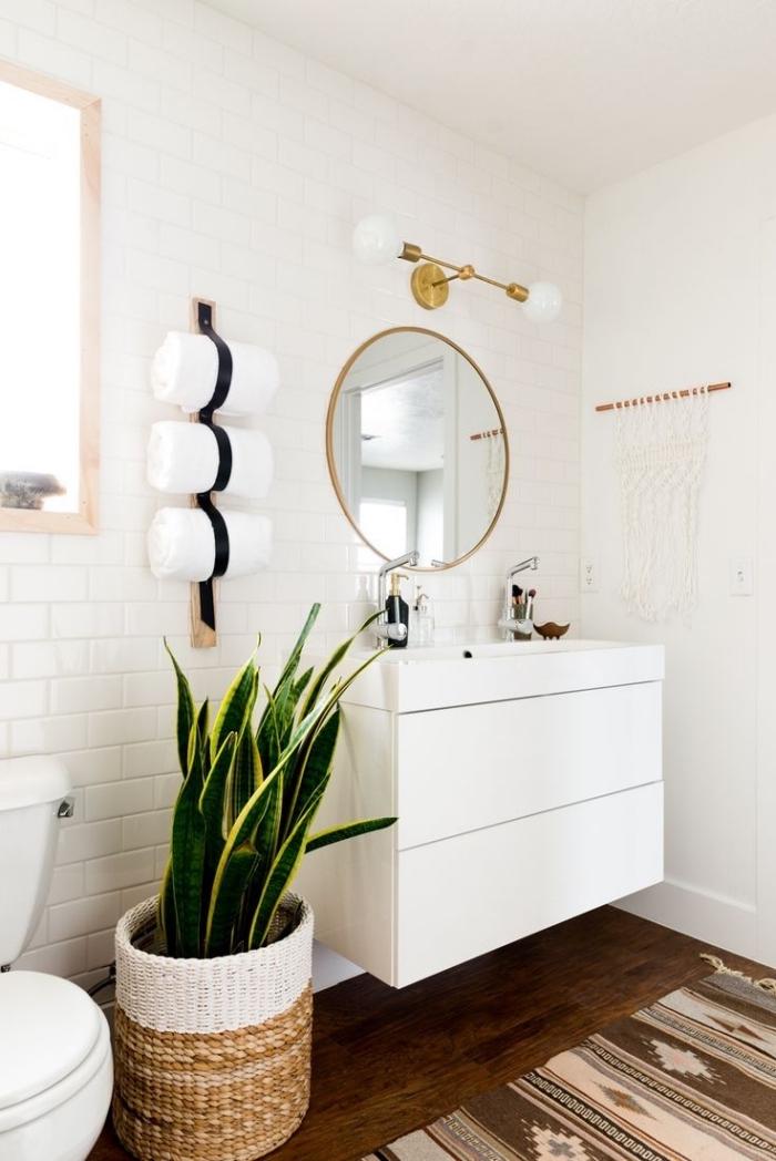 exemple de deco toilette moderne avec accessoires en or, idée plante verte pour intérieur, déco blanc et bois