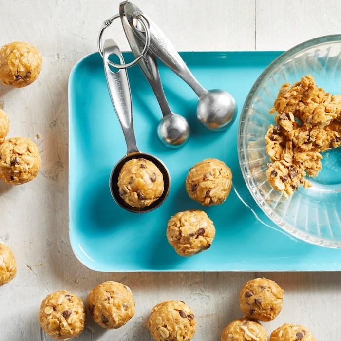 beurre de cacahuete, flacon d avoine et pepites de chocolat sans gluten sans lactose pour faire boules d energie vegan