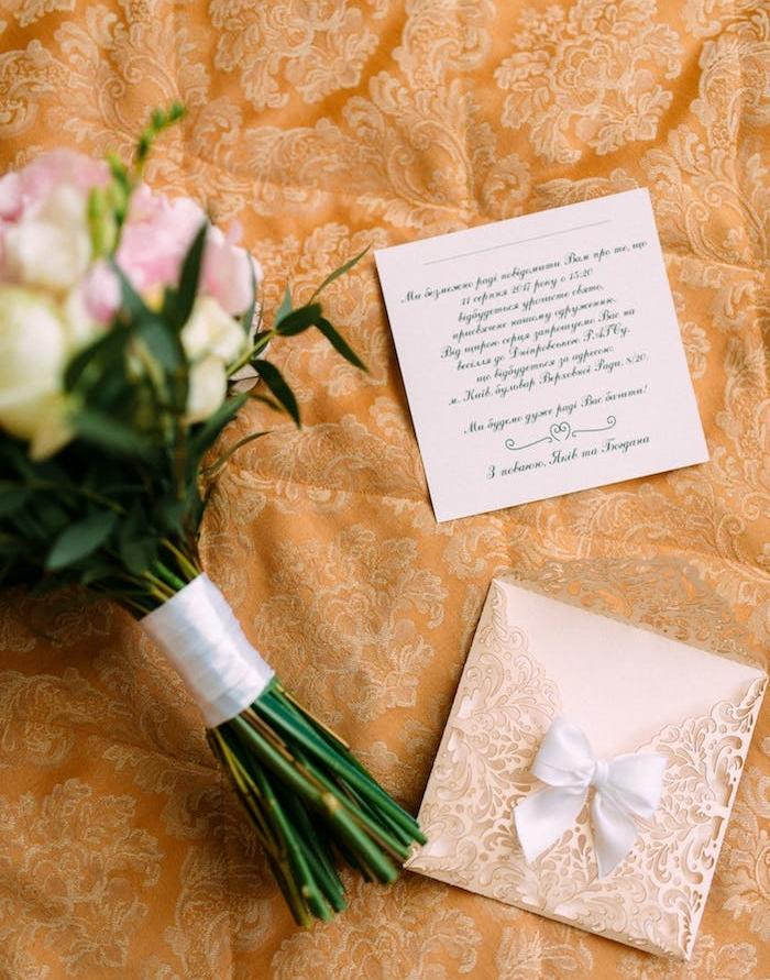 le faire part mariage chic en dentelle noeud de papillon blanc et carton d invitation avec lettres calligraphiques
