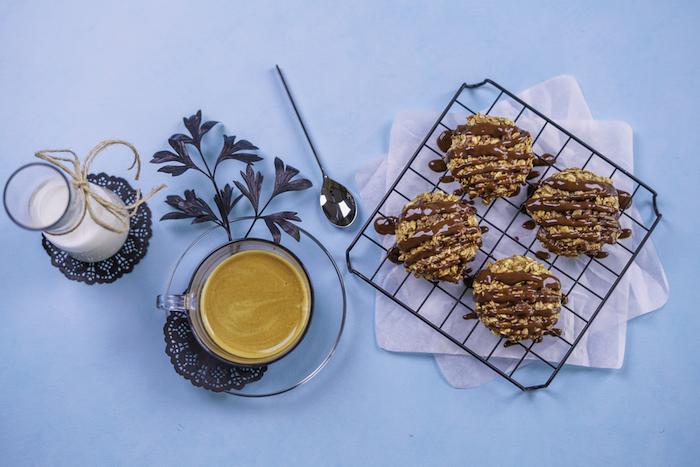 petit déjeuner équilibré simple et rapide, recette cookies extra moelleux aux copeaux de chocolat, flacons d avoine et beurre de cacahuete