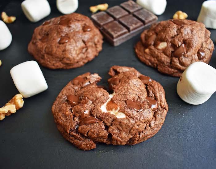 cookie surprise avec marshmallow à l intérieur et des pepites de chocolat au lait, recette de dessert gourmand et rapide