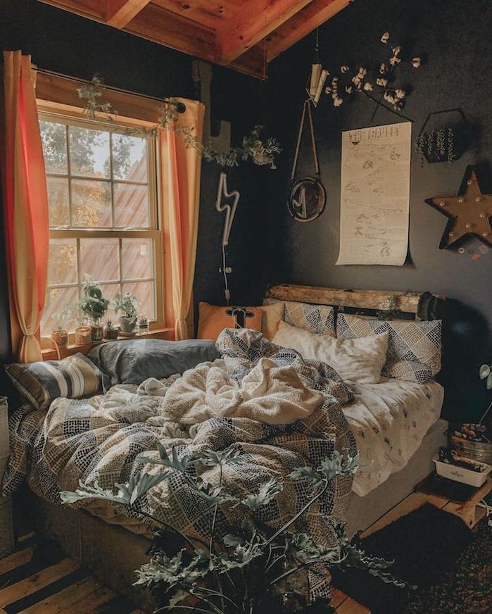 mur de fond noir, ossature bois apparente, lit layering, entassement de parures de lit, deco murale boheme chic, ambiance cosy chambre rustique chic