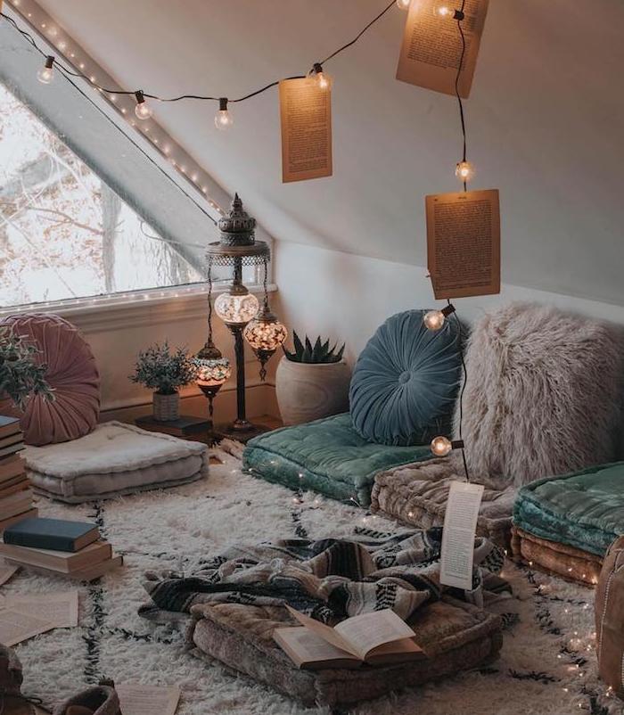 coussins d assise par sol et coussins decoratifs orientaux, tapis berbere cocooning, guirlande lumineuse, déco chambre cocooning, piles de livres, chambre de reve