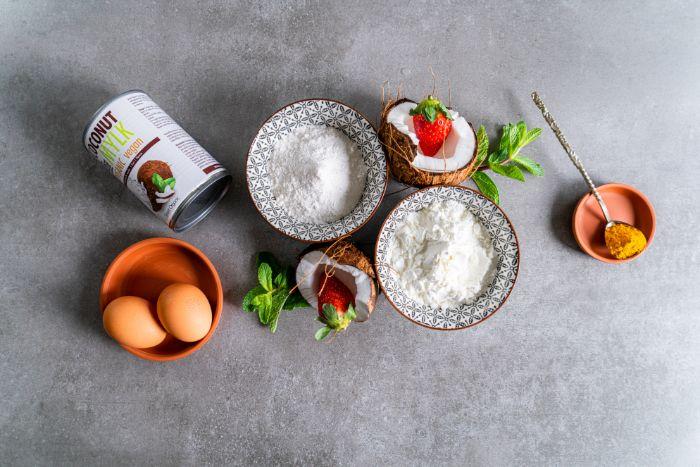 ingredients necessaires comment faire des crepes sans gluten avec farine de riz et de mais, oeufs et lait de coco