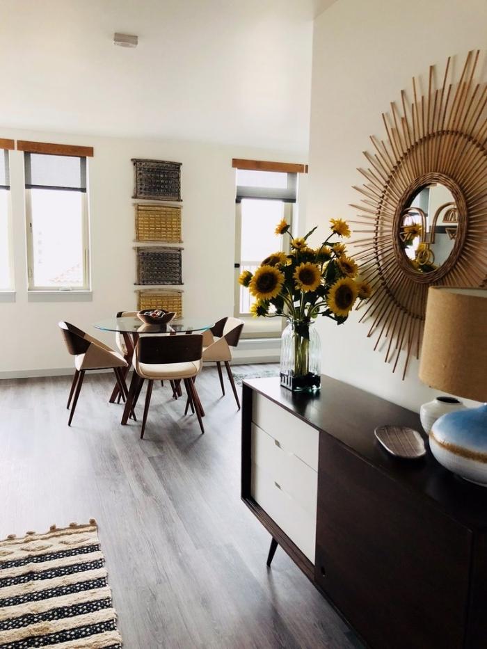comment décorer un salon ouvert vers la salle à manger, modèle de miroir en forme soleil de Justina Blakeney