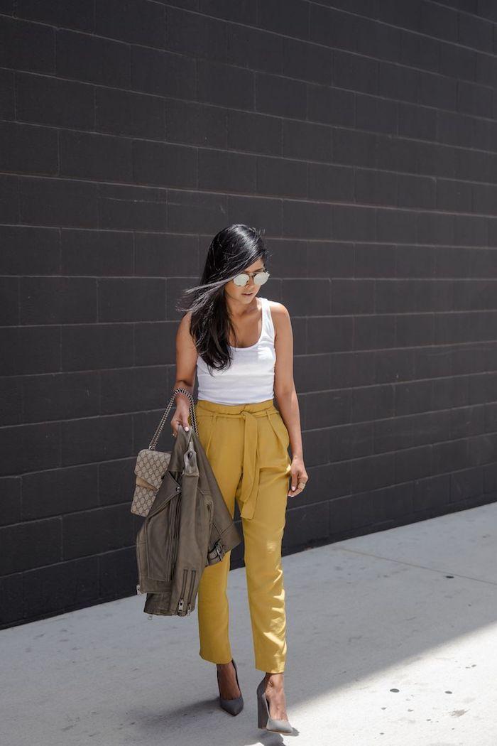 Jaune pantalon femme taille haute chic, pantalon fluide femme bien habillée, femme cheveux longues lisses, chaussures à talon