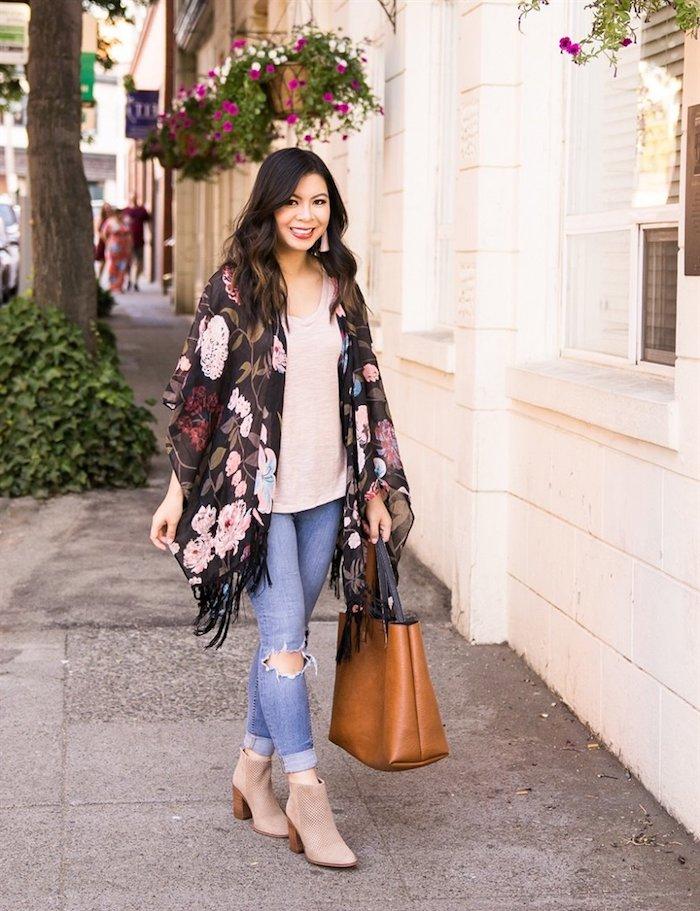 Kimono fleurie à frange, bottes beiges velours, jean déchirés, habillé pantalon à pince, vetement femme chic