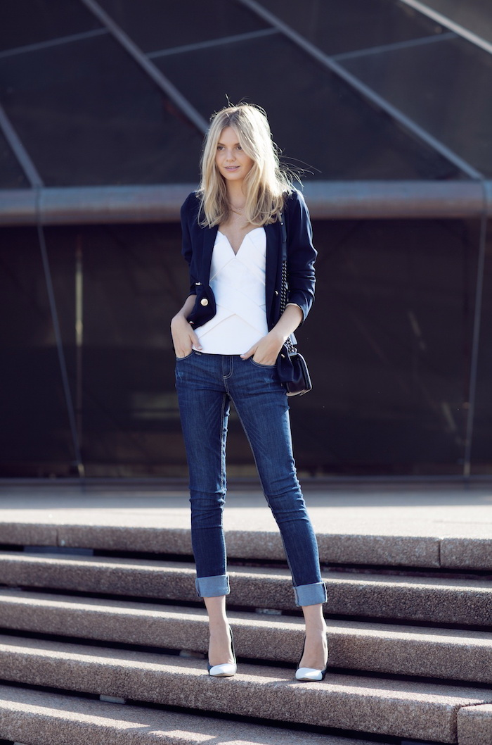 Jean slim et bustier blanc, veste et pantalon avec bande, ensemble tailleur femme chic