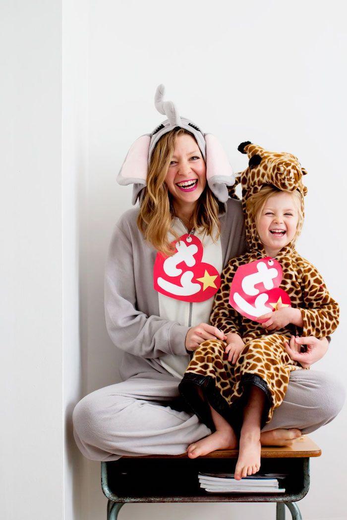 Femme et son enfant mignon deguisement halloween enfant, habiller son bébé pour halloween jouets en peluche