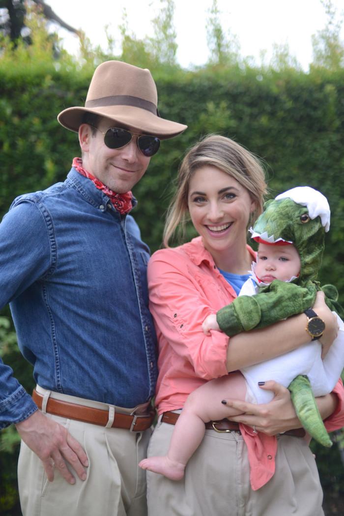 Famille photo inspiration deguisement couple et bébé, originale idée tenue Jurassic park
