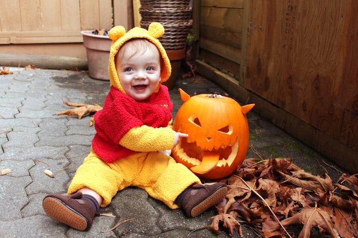 Enfant souriant photo avec citrouille cravé, deguisement princesse, deguisement bebe halloween