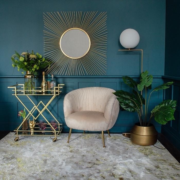 quelle peinture tendance 2019, couleur bleu marine intérieur tendance, modèle de miroir soleil doré dans un salon moderne
