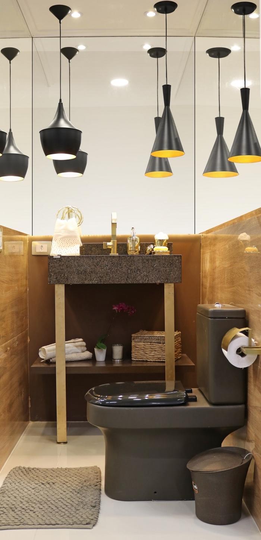 idee deco wc de style moderne avec éclairage lampe plafond noire, idée revêtement mural dans les toilettes