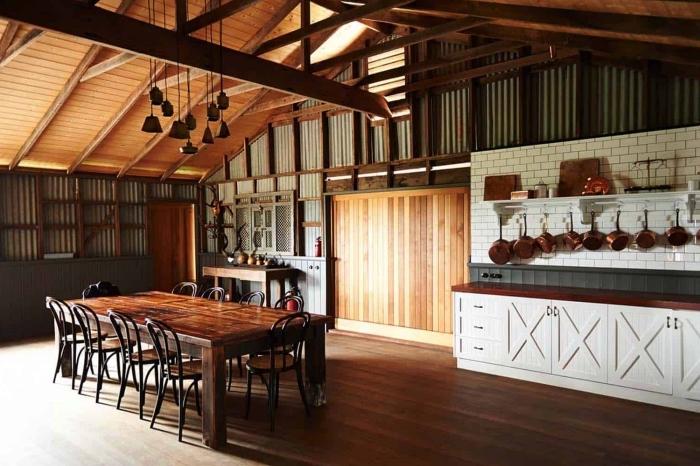 idée renovation maison ancienne, agencement cuisine étroite de style campagne en blanc et bois foncé avec crédence grise