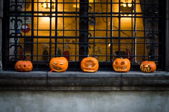 diy décoration à faire soi-même pour la fête de halloween, idée comment décorer ses fenêtres avec lanternes halloween