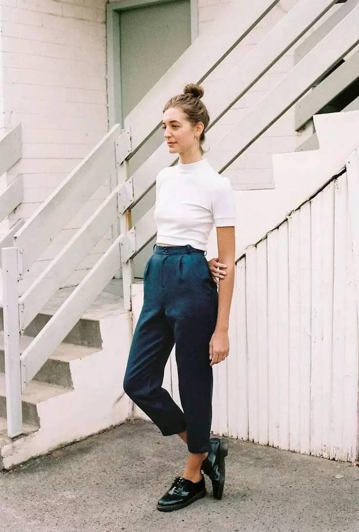 Top blanc court, pantalon taille haute style carotte, tenue chic femme, tenue chemisier femme chic tendance