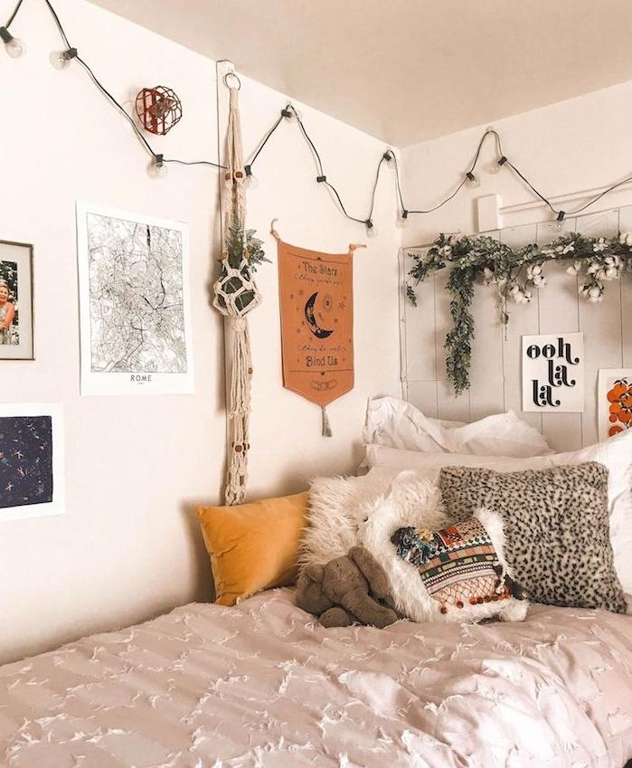 couverture de lit originale, coussins colroés, lit d angle avec tete de lit bois recyclé et blanchi, deco murale d affiches et cadres, guirlande lumineuse deco murale