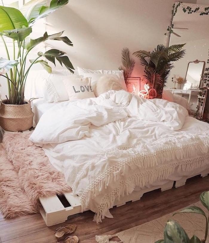 sommier en palette blanchie avec matelas dessus et linge blanc, plantes vertes interieur, esprit deco jungle, tapis peau de mouton rose, deco cocooning chambre tumblr