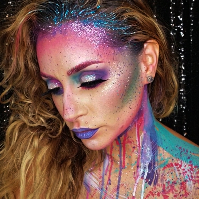 maquillage licorne en teintes flashy et peinture corporelle à effet coulant sur le cou, look licorne pour halloween avec paillettes dans les cheveux