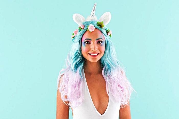 déguisement licorne adulte avec perruque couleurs pastel, serre-tête licorne et costume blanc