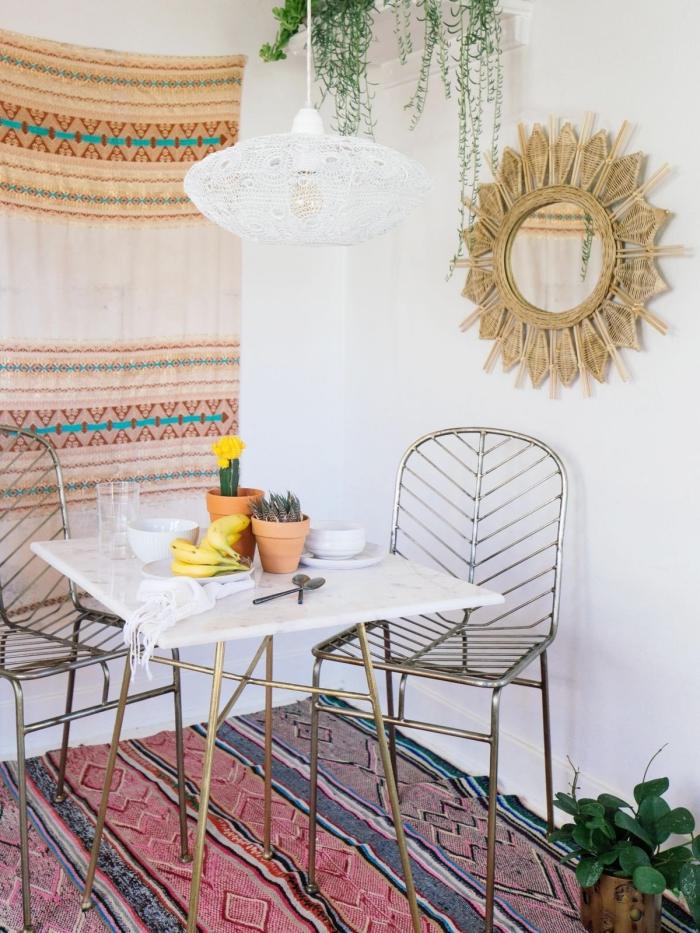 déco petite salle à manger style ethnique avec table marbre à pieds dorés et chaises métal, modèle miroir rotin