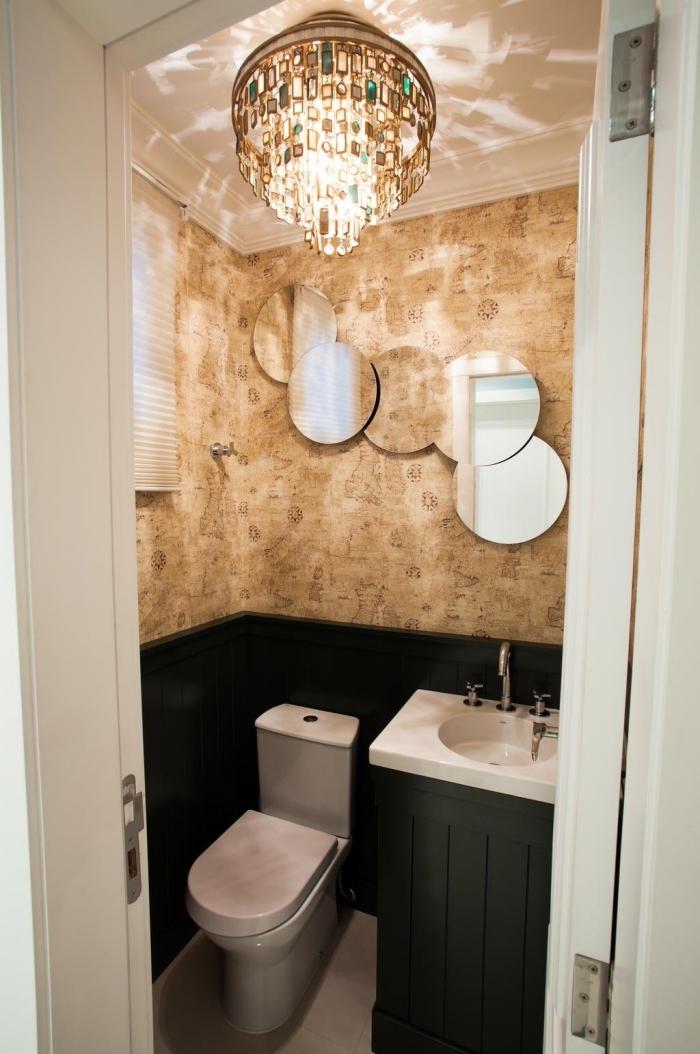 deco toilettes originales, modèle toilette aux murs bicolore avec décoration murale à miroirs forme cercles