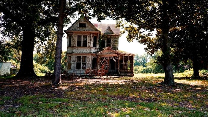 idée fond d écran horreur Halloween pour ordinateur, photo de maison abandonnée et nature d'automne comme wallpaper PC