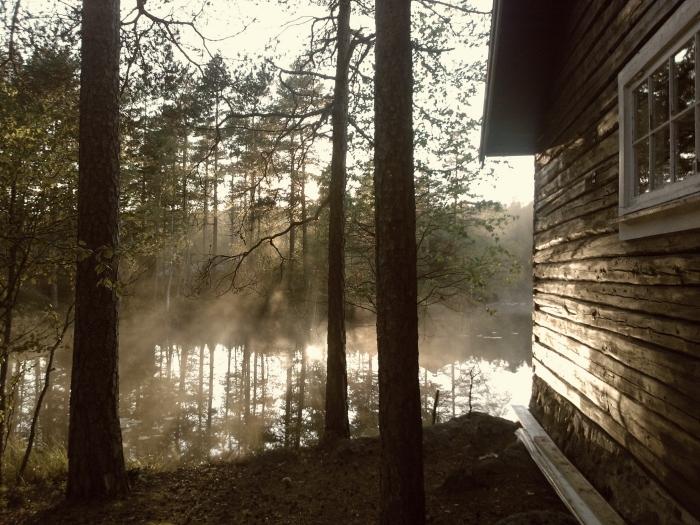 fond d écran automne pour ordinateur, photo de nature effrayante Halloween avec une maison au bord de lac