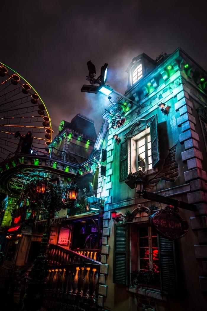 idée écran iphone avec image halloween, photo halloween de maison hantée décorée avec lanternes et lumières