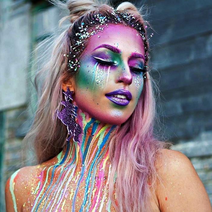 maquillage halloween femme artistique dans les tons du vert et du violet, peinture de corps dans les tons vifs qui s'écoule sur le cou