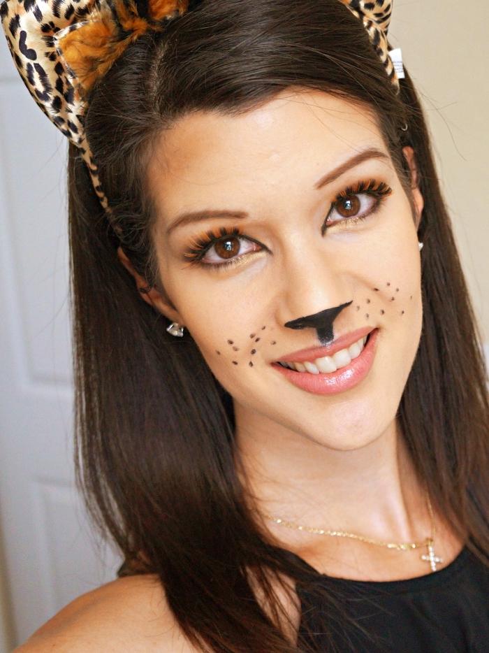 exemple de deguisement adulte femme facile à réaliser, idée makeup en chat avec fards à paupières et eyeliner