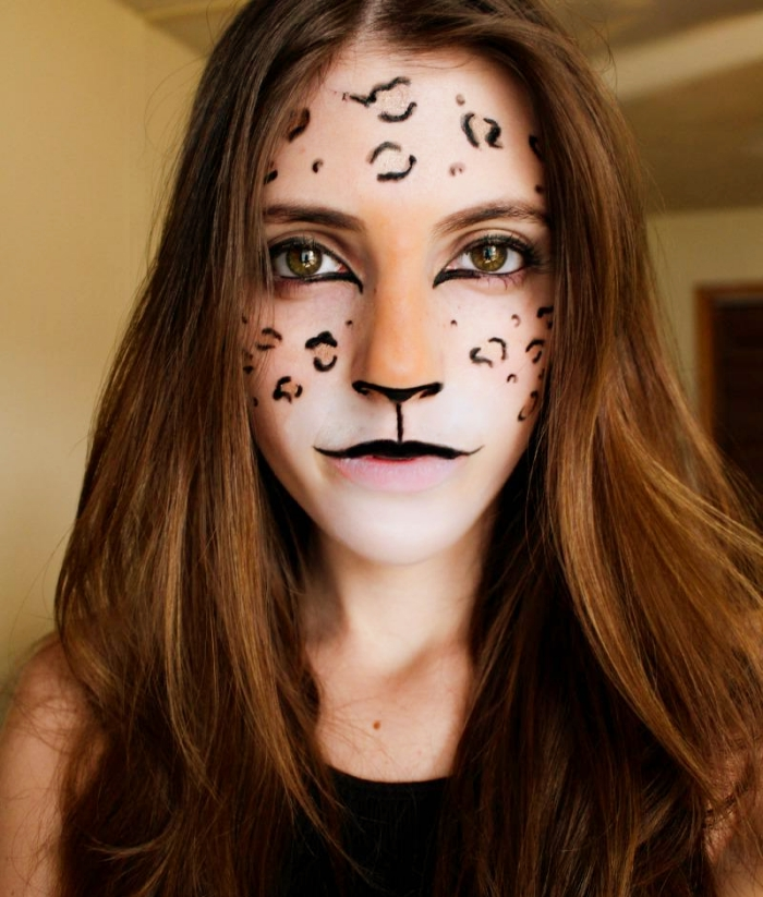 dessiner sur son visage avec fards à paupières et crayon, idée maquillage halloween femme déguisée en chat féroce