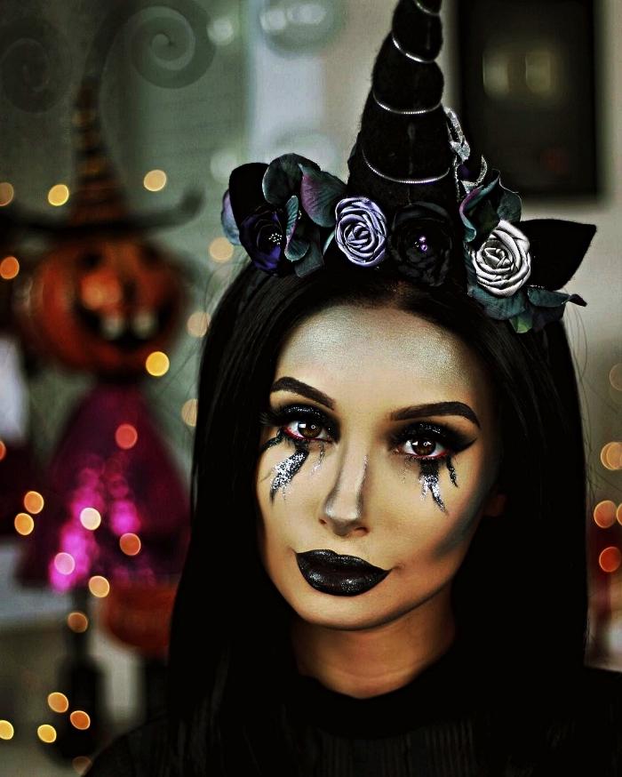 maquillage d'halloween licorne avec larmes noires et bouche noire, accessoire licorne serre-tête noire décoré de fausses fleurs