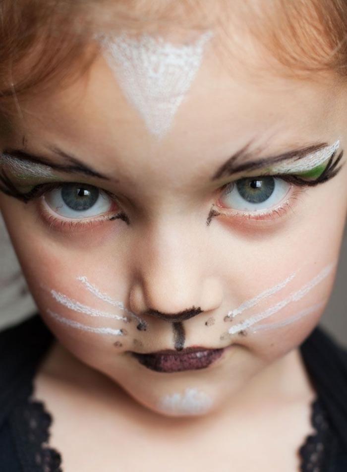 idée déguisement petite fille pour halloween, maquillage petite fille en chat avec moustaches, exemple maquillage halloween enfant