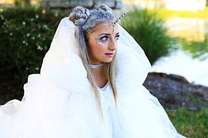 deguisement original sur le thème licorne en blanc et argent, maquillage de licorne avec du fard irisé et des paillettes
