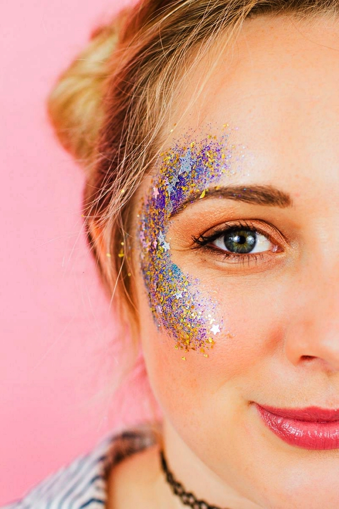 maquillage pailleté pour un look de halloween de dernière minute, maquillage de licorne avec des paillets sur les pommettes et en dessus des sourcils
