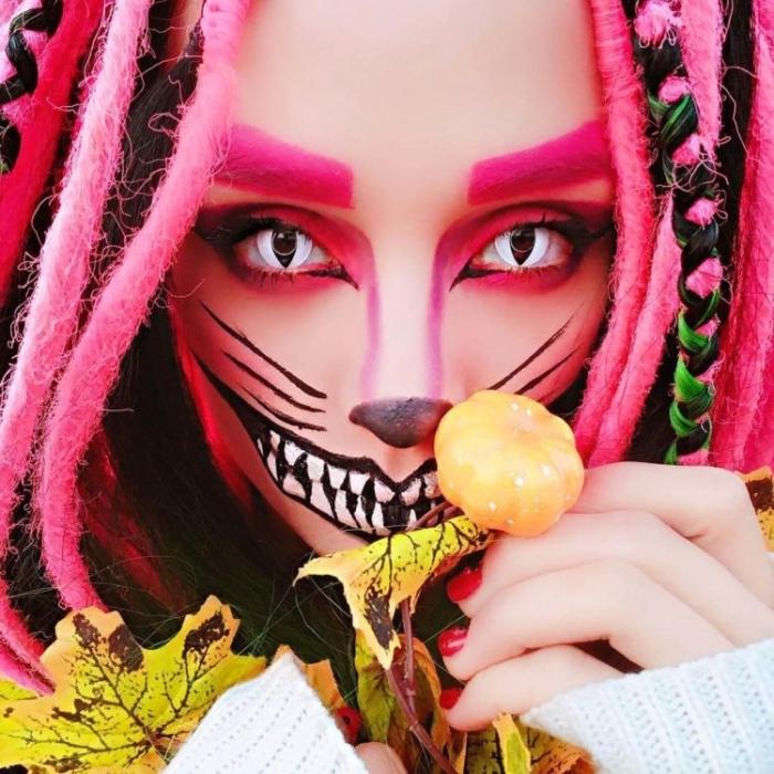 idée deguisement adulte femme, exemple de maquillage original pour halloween avec dessins et contouring de visage chat cheshire