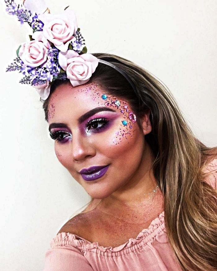 déguisement de licorne maquillage pailleté et chromé dans les teintes du violet, corne de licorne avec fausses fleurs