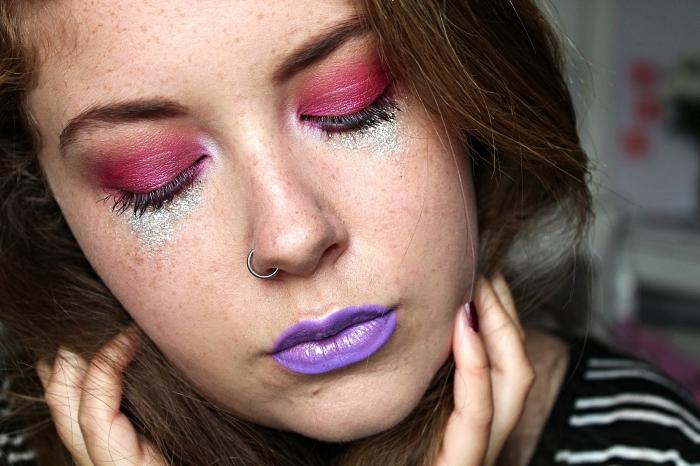 maquillage halloween simple à réaliser avec ombres à paupières fuchsia et du violet sur la bouche, maquillage pailleté au ras des cils inférieurs